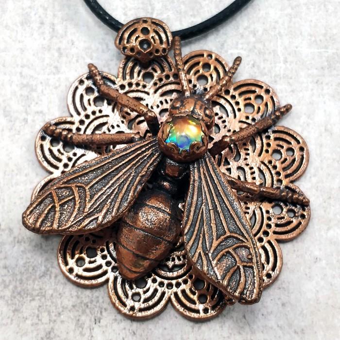 Pendentif cuivre fourmi volante dentelle insecte