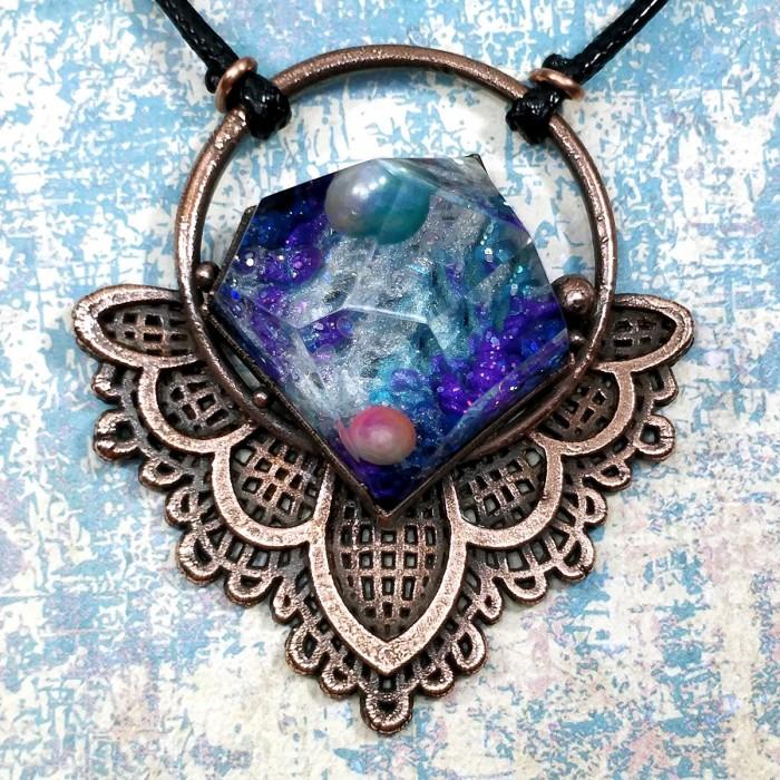 Pendentif cuivre fleur univers galaxie lotus dentelle fait-main