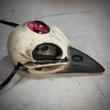Bijou de cou crâne de corneille au bec noir et oeil humain rouge