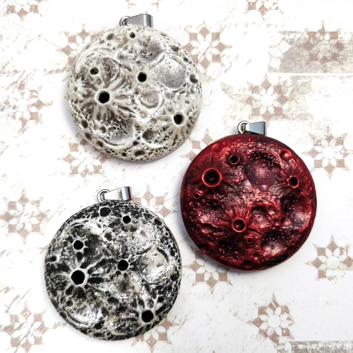 pendentif lune rouge