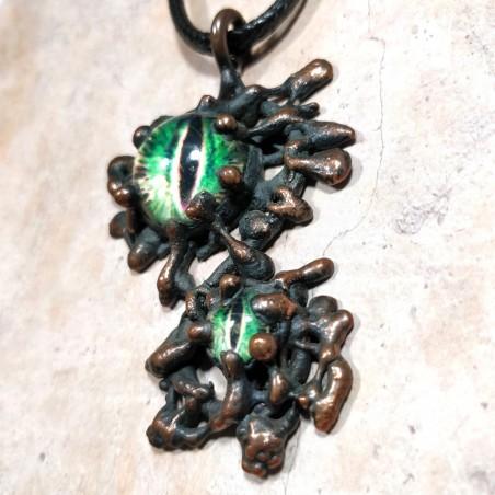 Pendentif organique cuivre oeil reptile dragon chat vert