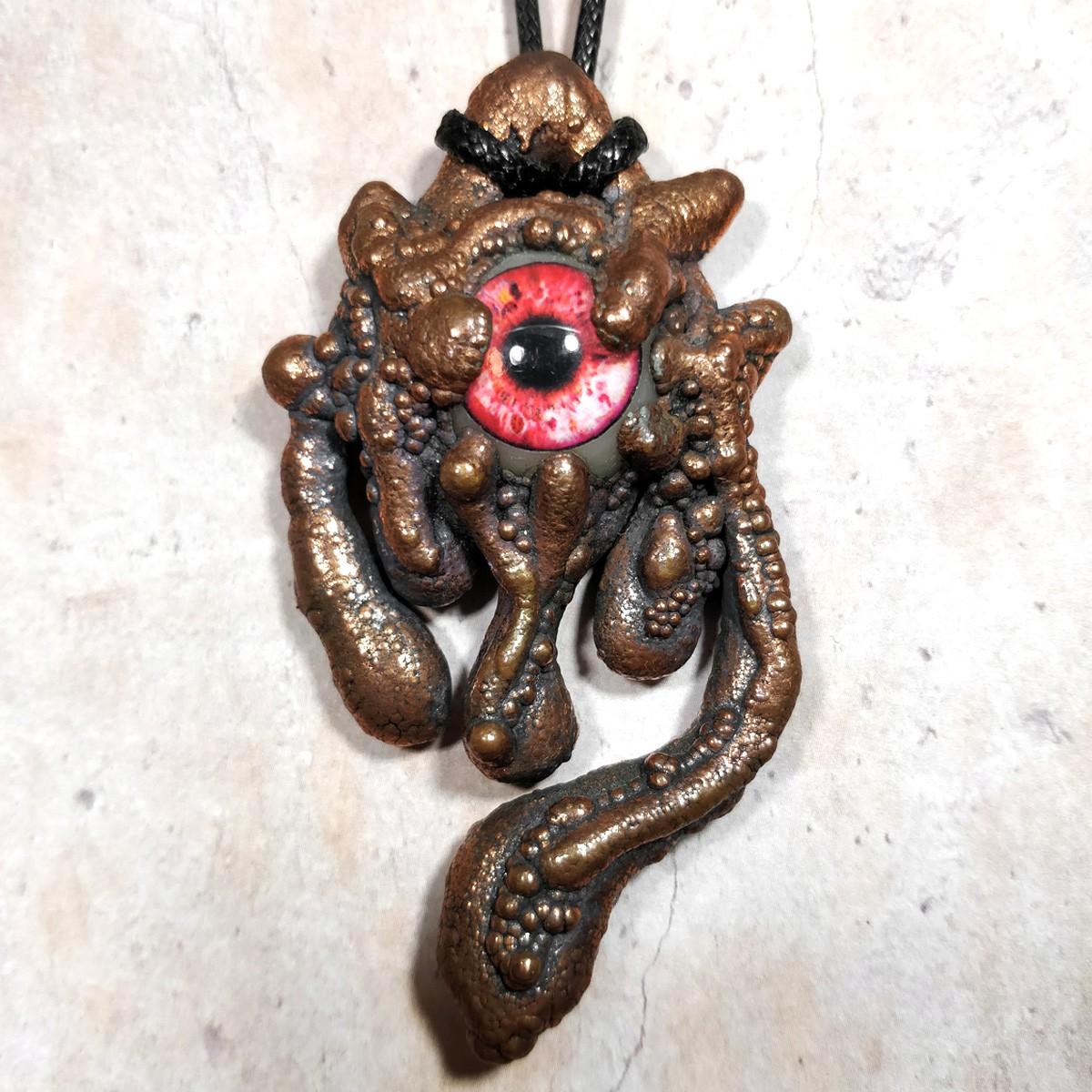Pendentif cuivre oeil rouge pustule creepy gore